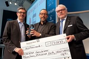 Bernhard Richter von Augenblick Optik nimmt seinen Preis entgegen