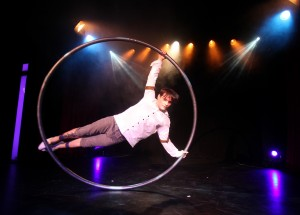 Ethan Law ist einer der Artisten der Varieté-Show Quilitz im GOP Varieté-Theater München