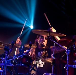 Mike Portnoy von Adrenaline Mob wird in der Theaterfabrik in München sein virtuoses Können am Schlagzeug demonstrieren