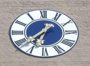 Verkehrt laufende Uhr am Isartor