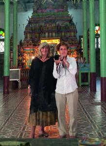 Alice Schwarzer und Bettina Flitner im Tamilen Tempel Yangdon